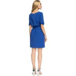 FIFI Przewiązana sukienka z kieszeniami - chabrowa. Niebieskie sukienki na komunię marki numoco, na imprezę, s, w kwiaty, z jeansu, sportowe, sportowe. Za 139,99 zł.