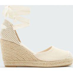 Beżowe buty na koturnie z juty z wiązaniem. Czarne buty ślubne damskie marki Pull&Bear, na obcasie. Za 139,00 zł.