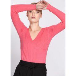 Koralowy Sweter Observant. Pomarańczowe swetry klasyczne damskie Born2be, l, z dzianiny, z kopertowym dekoltem. Za 29,99 zł.