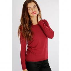 """Sweter """"Unibri"""" w kolorze czerwonym. Czerwone swetry klasyczne damskie Scottage, z kaszmiru, z okrągłym kołnierzem. W wyprzedaży za 99,95 zł."""