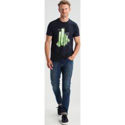 BOSS Green REGULAR FIT Tshirt z nadrukiem dark blue/blue. Niebieskie koszulki polo BOSS Green, m, z nadrukiem, z bawełny. W wyprzedaży za 180,95 zł.