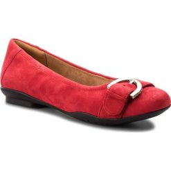 Baleriny CLARKS - Neenah Lark 261355654 Red Suede. Czerwone baleriny damskie lakierowane Clarks, z materiału, na płaskiej podeszwie. Za 369,00 zł.