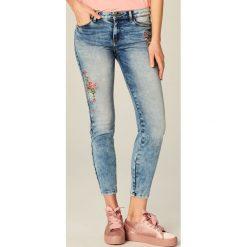 Rurki damskie: Jeansy skinny fit z haftem - Niebieski