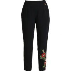 Ted Baker MADLYNE FLORAL  Spodnie treningowe black. Czarne bryczesy damskie marki Ted Baker, z materiału. Za 699,00 zł.