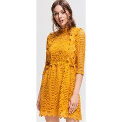 Ażurowa sukienka - Żółty. Białe sukienki marki Reserved, l, z dzianiny. Za 159,99 zł.