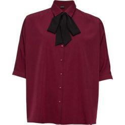 Bluzka z krawatką bonprix ciemny jeżynowy. Białe bluzki wizytowe marki bonprix, w kropki, biznesowe, z kopertowym dekoltem, moda ciążowa. Za 89,99 zł.