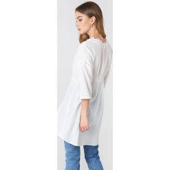 Free People Rozpinana koszula To The Moon - White. Białe koszule wiązane damskie Free People, z haftami. W wyprzedaży za 230,99 zł.