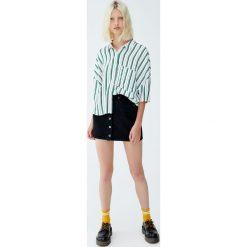 Koszula basic w paski. Zielone koszule damskie Pull&Bear, w paski, z krótkim rękawem. Za 59,90 zł.