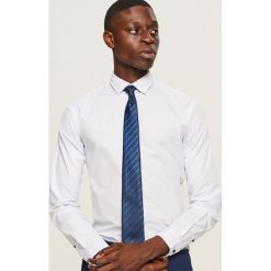 Koszula z mikroprintem slim fit - Biały. Białe koszule męskie slim marki Reserved, l, z dzianiny. Za 99,99 zł.