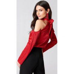 Bluzki asymetryczne: Hannalicious x NA-KD Bluzka z wycięciami na ramionach - Red