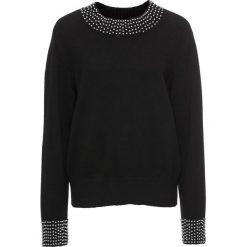 Sweter dzianinowy z perełkami bonprix czarny. Czarne swetry klasyczne damskie marki bonprix, z dzianiny, z okrągłym kołnierzem. Za 109,99 zł.