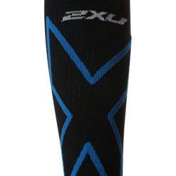 2XU PERFORMANCE X  Podkolanówki black/director blue. Czarne skarpetki męskie 2XU, z elastanu. W wyprzedaży za 132,30 zł.