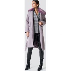 NA-KD Trend Płaszcz z kołnierzem ze sztucznego futra - Purple. Fioletowe płaszcze damskie z futerkiem NA-KD Trend, w paski. Za 445,95 zł.