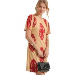 Sukienka w kolorze beżowym. Brązowe sukienki marki Almatrichi, z dekoltem w łódkę, midi, proste. W wyprzedaży za 199,95 zł.