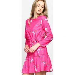Fuksjowa Sukienka Azorella. Różowe sukienki letnie marki Born2be, uniwersalny, z materiału, z okrągłym kołnierzem, z długim rękawem. Za 59,99 zł.