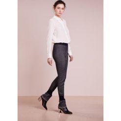DESIGNERS REMIX MELINA PANTS Spodnie treningowe navy. Białe bryczesy damskie marki DESIGNERS REMIX, z elastanu, polo. W wyprzedaży za 359,60 zł.