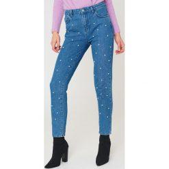 NA-KD Spodnie jeansowe z perłami - Blue. Niebieskie spodnie z wysokim stanem marki NA-KD, z jeansu. W wyprzedaży za 48,59 zł.