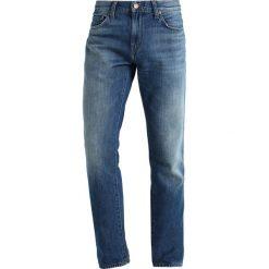 J Brand TYLER PERFECT Jeansy Slim Fit shelliak. Szare jeansy męskie relaxed fit marki J Brand, z bawełny. W wyprzedaży za 495,60 zł.