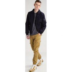 INDICODE JEANS LEWY Bojówki amber. Brązowe jeansy męskie marki INDICODE JEANS, z bawełny. Za 149,00 zł.