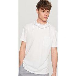T-shirty męskie: T-shirt z kominem – Kremowy