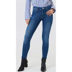 Wrangler Jeansy Super Skinny - Blue. Szare jeansy damskie marki Wrangler, na co dzień, m, z nadrukiem, casualowe, z okrągłym kołnierzem, mini, proste. W wyprzedaży za 222,98 zł.