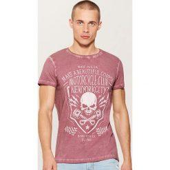 T-shirt z motywem czaszki - Bordowy. Czerwone t-shirty męskie marki House, l. W wyprzedaży za 29,99 zł.