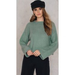 Swetry damskie: NA-KD Trend Krótki sweter z puchatej dzianiny – Green