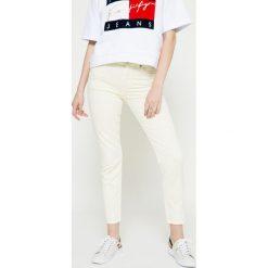 Hilfiger Denim - Jeansy Tommy Jeans 90s. Szare jeansy damskie marki Hilfiger Denim, z aplikacjami, z bawełny, z podwyższonym stanem. W wyprzedaży za 329,90 zł.