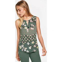 Topy damskie: Bluzkowy top z nadrukiem kwiatów