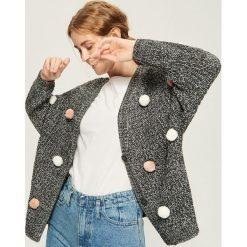 Swetry damskie: Kardigan z pomponami - Szary