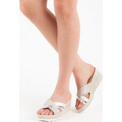 Klapki na koturnie KYLIE niebieskie. Białe buty ślubne damskie marki KYLIE. Za 99,00 zł.
