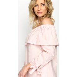 Różowa Bluzka Renaissance Charm. Szare bluzki hiszpanki marki Born2be, s, w kwiaty, z długim rękawem. Za 49,99 zł.