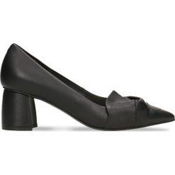 Czółenka AIKO. Czarne buty ślubne damskie Gino Rossi, w geometryczne wzory, ze skóry, na słupku. Za 199,90 zł.
