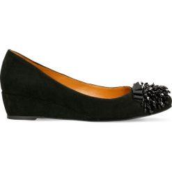 Czółenka JENA. Czarne buty ślubne damskie Gino Rossi, ze skóry, na koturnie. Za 299,90 zł.