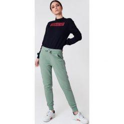 NA-KD Basic Spodnie dresowe basic - Green. Różowe spodnie z wysokim stanem marki NA-KD Basic, z bawełny. W wyprzedaży za 50,48 zł.