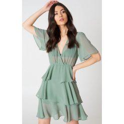 NA-KD Boho Sukienka z trójwarstwową falbanką - Green. Niebieskie sukienki boho marki NA-KD Boho, na imprezę, w koronkowe wzory, z koronki, na ramiączkach, mini. Za 161,95 zł.