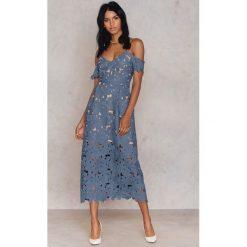 Sukienki: NA-KD Boho Koronkowa sukienka z wycięciami na ramionach – Blue