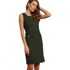 Sukienka w kolorze khaki. Brązowe sukienki marki Almatrichi, s, z okrągłym kołnierzem, midi, proste. W wyprzedaży za 159,95 zł.
