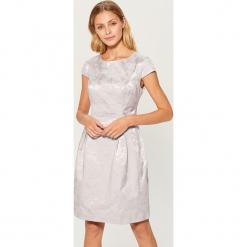 Żakardowa sukienka z krótkimi rękawami - Srebrny. Czerwone sukienki mini marki Mohito, z bawełny. Za 179,99 zł.