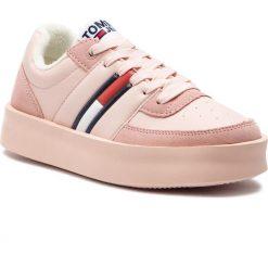 Sneakersy TOMMY JEANS - Light Sneaker EN0EN00395 Silver Peony 658. Czerwone sneakersy damskie Tommy Jeans, z jeansu. Za 449,00 zł.