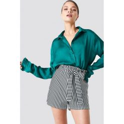 NA-KD Satynowa koszula - Green. Zielone koszule damskie NA-KD, z materiału. Za 121,95 zł.
