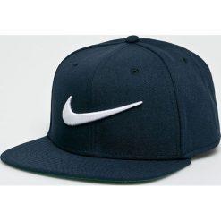 Nike Sportswear - Czapka Swoosh Pro. Różowe czapki z daszkiem męskie marki Nike Sportswear, l, z nylonu, z okrągłym kołnierzem. Za 79,90 zł.