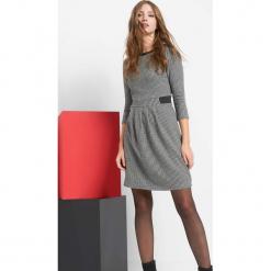 Sukienka w pepitkę. Czarne sukienki dzianinowe marki Orsay, xs, z dekoltem na plecach. Za 119,99 zł.