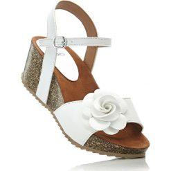 Sandały na koturnie bonprix biały. Białe sandały trekkingowe damskie marki bonprix, na koturnie. Za 74,99 zł.