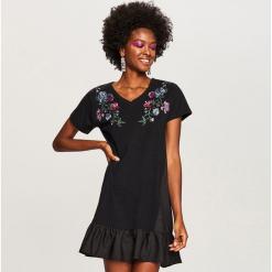 Sukienka z wyhaftowanymi kwiatami - Czarny. Białe sukienki z falbanami marki Reserved, l, z dzianiny. W wyprzedaży za 39,99 zł.