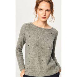 Sweter z perełkami - Szary. Szare swetry klasyczne damskie Reserved, l. Za 79,99 zł.