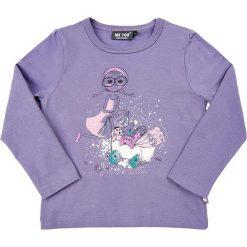 Koszulka w kolorze fioletowym. Fioletowe bluzki dziewczęce z długim rękawem MeToo, z nadrukiem, z okrągłym kołnierzem. W wyprzedaży za 42,95 zł.