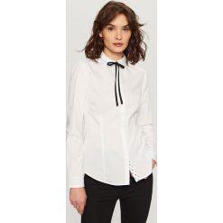 Koszula z wiązaniem przy kołnierzu - Biały. Białe koszule wiązane damskie marki Reserved. Za 59,99 zł.