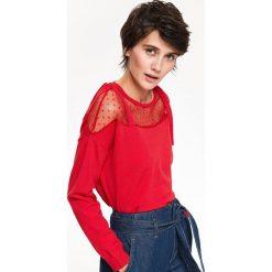 SWETER Z TIULOWĄ WSTAWKĄ ORAZ WIĄZANIEM NA RAMIONACH. Czerwone swetry klasyczne damskie marki Top Secret, na jesień, z tiulu. Za 129,99 zł.