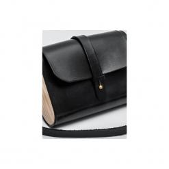 Torebka z drewnem R4m czarna. Czarne torebki klasyczne damskie Republic, w paski, z lakierowanej skóry, duże. Za 340,00 zł.